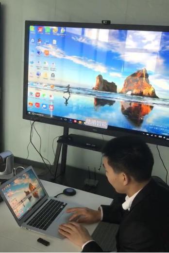 工作人员演示多屏互动功能